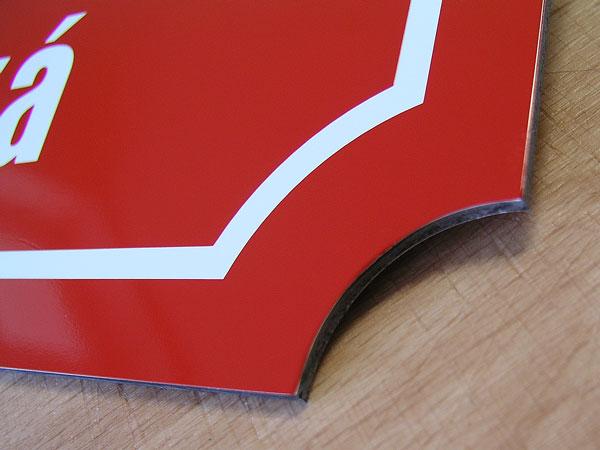 Tabulka s rohovým výsekem, různé barvy.