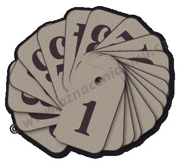 ŘADY klíčenek s čísly, tvrzený texturovaný povrch.